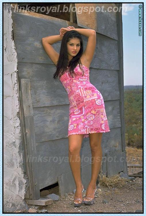 Koraet Kareat: Sunny Leone hairy pussy spreading nude