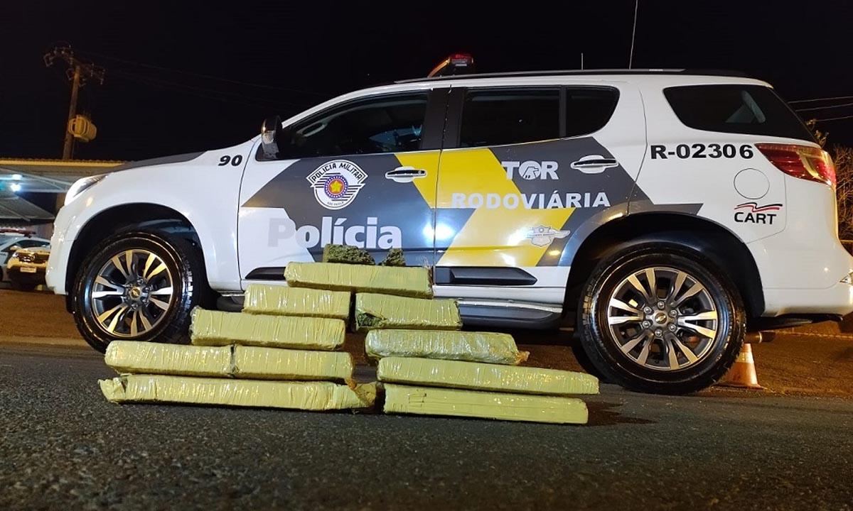 Homem joga maconha an estrada e acaba preso com 10 tabletes de maconha em Ourinhos