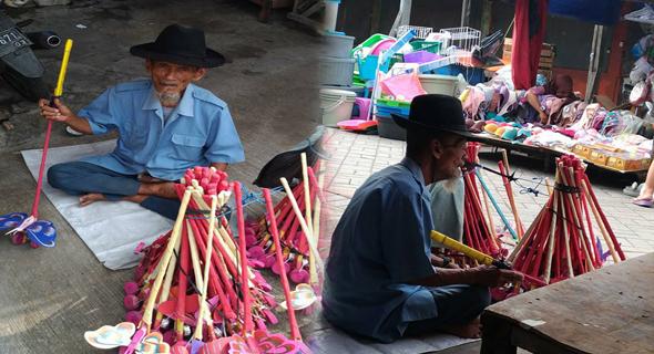 Mbah Salim, Usia 80 Tahun Penjual Mainan Di Pasar Karah