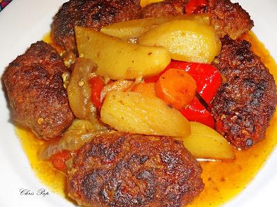 Πιάτο χάρμα οφθαλμών με καλοψημένους φουσκωτούς κεφτέδες και ζουμερές πατάτες,για χρώμα,καροτο και κόκκινη πιπεριά