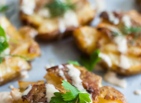 Pieczone gniecione ziemniaki (z sosem z tahini)