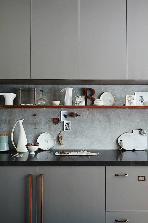 Wie die Interior-Stylistin Claire Delmar ein Regal dekoriert