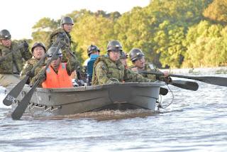 Equipos de rescate durante las operaciones de  evacuación en Kawagoe, Prefectura de Saitama,  el lunes por la tarde. Foto: JGSDF vía REUTERS