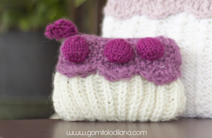 Borsellino a torta porta cellulare lavorato a maglia