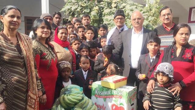 On Sonia Gandhi's birthday, Haryana Pradesh Congress Secretary Satyavir Dagar distributed clothes to the needy children