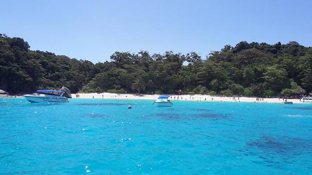 หาดหน้า เปรียบเสมือนประตูสู่เกาะเมียงเนื่องจากเป็นชายหาดด้านหน้าที่ทำการ อุทยานฯหมู่เกาะสิมิลัน