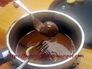 Σοκολατάκια με πάστα αμυγδάλου και ολόκληρα κεράσια - από «Τα φαγητά της γιαγιάς»