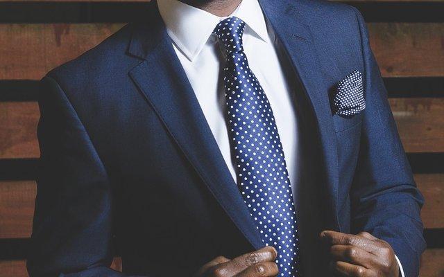 الطريقة الصحيحة لإرتداء البدلة الرجالية الكلاسيكية