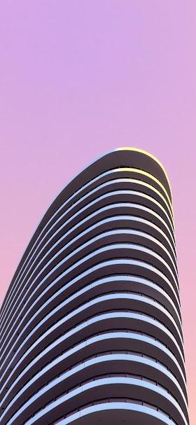 خلفية مبنى بتصميم عصري أمام لون وردي