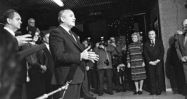 17 февраля 1987 года. Рига. Генсек ЦК КПСС Горбачев и первый секретарь ЦК КПЛ Борис Пуго на встрече с латышскими красными стрелками