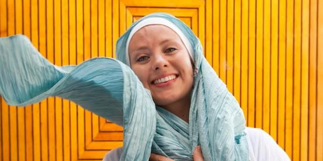 Dilarang Nikahi Muslim Oleh Sang Ibu, Gadis Ini Justru Menemukan Jalan Hidayah Islam