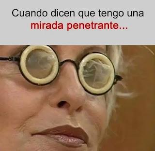 Mujer con gafas y preservativos en los cristales