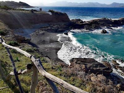 Costa del mar Mediterráneo en Mallorca con mar con agua cristalina
