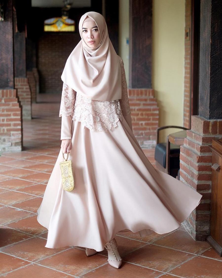 Tampil mewah dengan hijab warna nude yang elegan dan tampil mewah