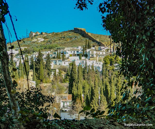 O Bairro do Sacromonte visto da Cuesta del Rey Chico, uma ladeira que liga a Alhambra à parte baixa de Granada