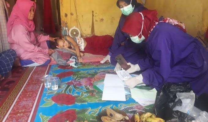 Pastikan Kondisi Panderita Kanker Kolorektal, Tim Kesehatan UPT Puskesmas Lebakwangi datangi Kediaman Mus'iroh