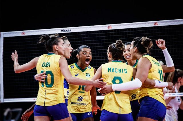 Brasil comemorando ponto na partda contra a Bélgica na Liga das Nações de Vôlei