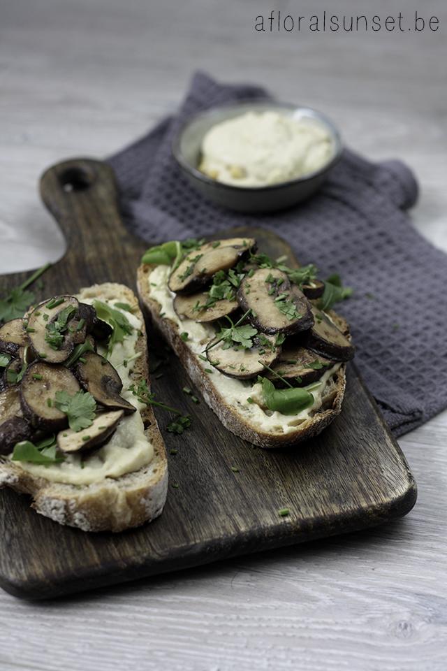 Toast champignon met een twist: de combinatie met hummus en miso levert een heerlijke lunch op - a floral sunset