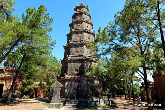 PAGODA DE LA DAMA CELESTIAL (Thien Mu Pagoda). HUE, VIETNAM