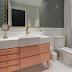 Banheiro clássico rosa, verde e dourado com azulejo escama de peixe e metrô!