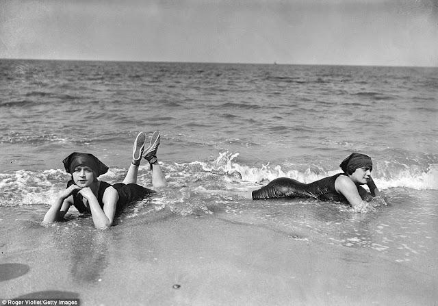 Deauville en la década de 1860,  nadadores representados en agosto de 1913