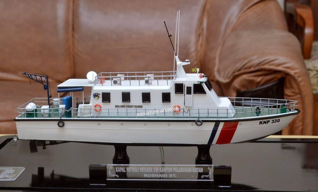 foto gambar miniatur kapal patroli knp 330 bakamla kplp batam rumpun artwork planet kapal indonesia terbaru