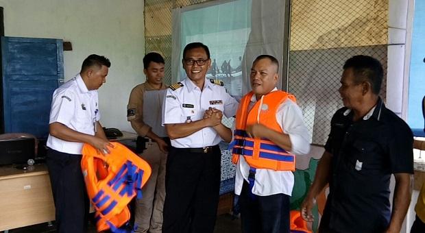 Peduli Keselamatan Nelayan, Bakamla RI Bagikan Life Jacket di Sulut
