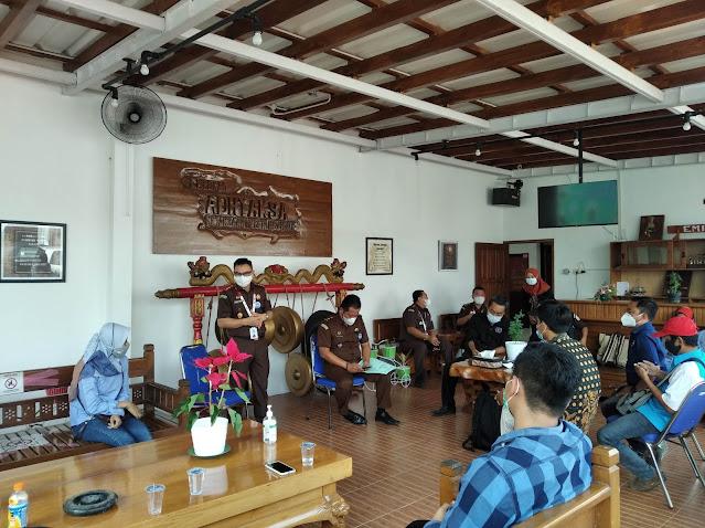 Kepala Kejaksaan Negeri Nganjuk Nophy Tennophero Suoth memberikan sambutan dalam kegiatan lebaran ketupat bareng insan pers di Empokan Kejari Nganjuk, Senin (24/5/2021)