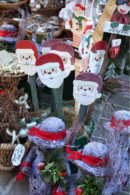 Nikoläuse und Weihnachtsmänner in allen Variationen © Copyright Monika Fuchs, TravelWorldOnline