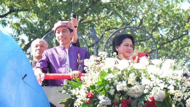Karnaval Kemerdekaan 2017 - Jokowi Salami Penonton yang Histeris di Karnaval Bandung