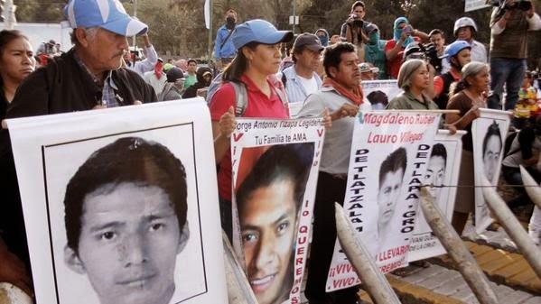 Padres de 43 Ayotzinapa toman emisoras de radio y anuncian reactivación de su movimiento