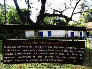 Placa em frente ao Casarão Afonso Sardinha indica a técnica de construção do tipo taipa de pilão