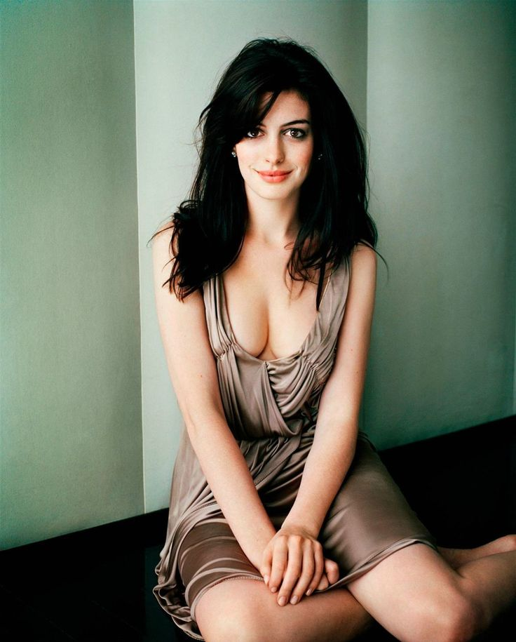 Anne Hathaway Sexy Cleavage Photos
