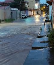 Madrugada chuvosa alaga ruas e causa transtornos na cidade de Pedreiras