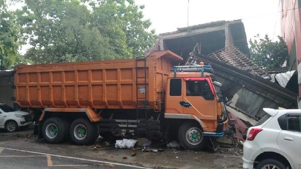 Duh, Truk Seruduk Rumah-Mobil Gegara Hindari Jalan Berlubang di Kudus