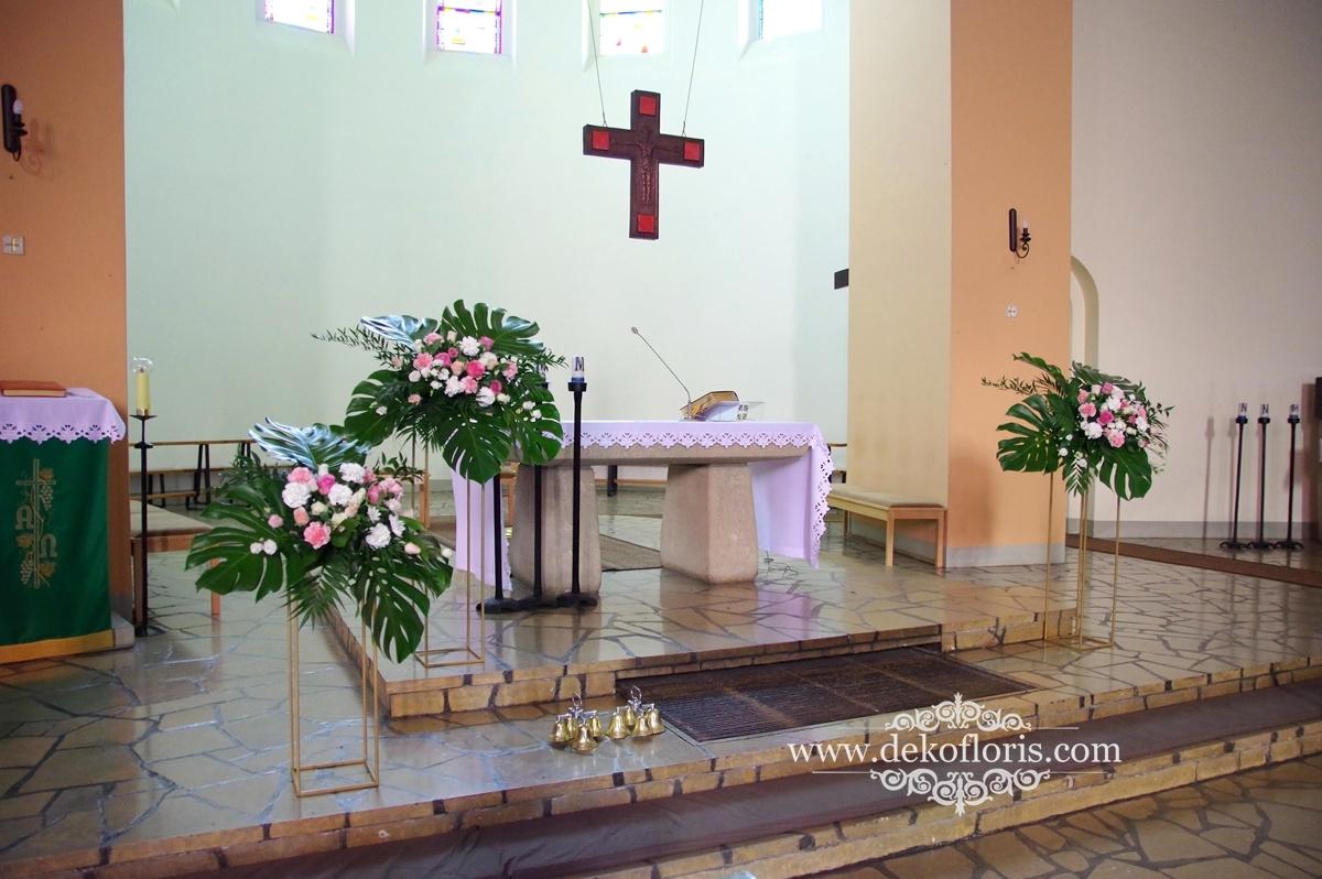 Dekoracja kościoła na ślub - różowe kwiaty i biały dywan - Kolonowskie