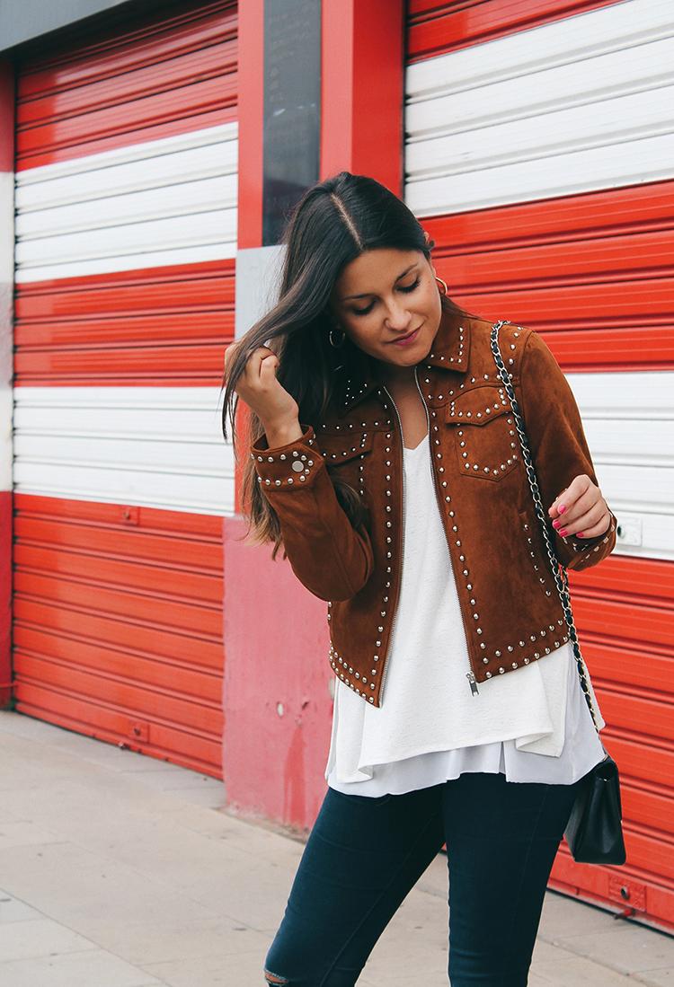 Outfit de otoño con chaqueta de ante y tachas