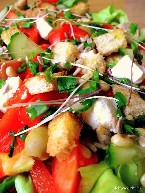 Sałatka z pieczoną papryką, fetą i grzankami przepis
