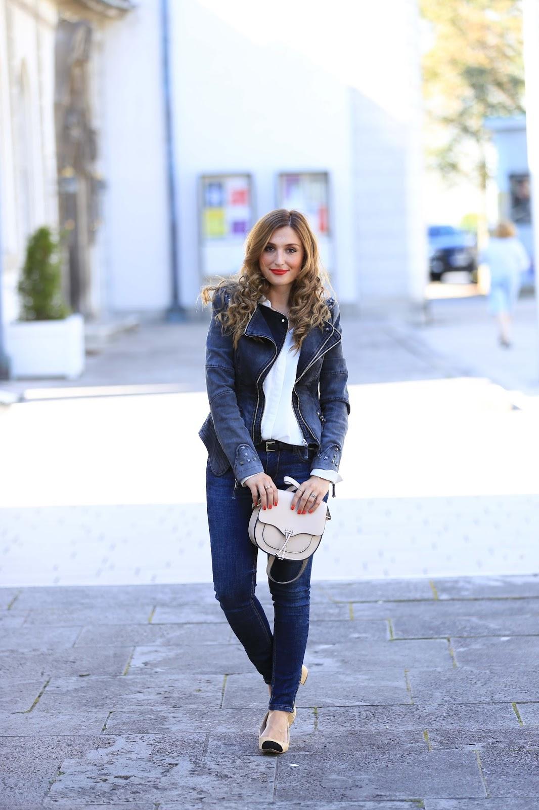 zara-Heels--Schuhe-wie-von-Chanel-Marc-Jacobs-Bag-Edited-Levis-Jeans-Fashionblogger-München-Deutschland-Fashionstylebyjohanna-Fashionblog-braune-Haare-Blogger-mit-Locken