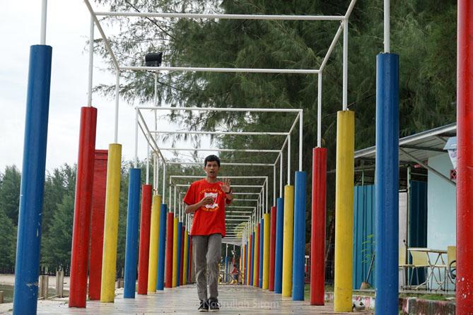 Tiang warna-warni di jogging track