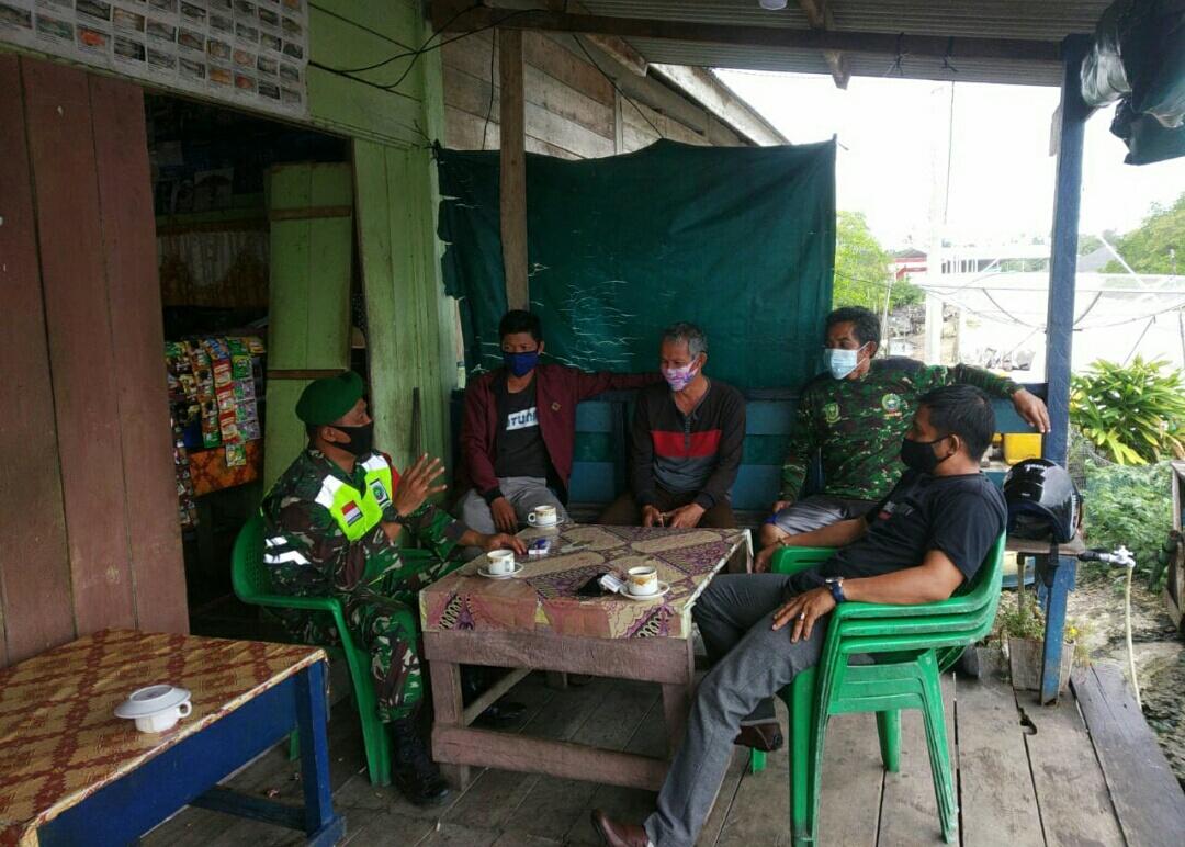 Babinsa Kelurahan Bandarsyah Melakukan Komsos Dengan Nelayan Lubuk Lumbang Pering