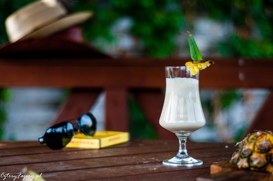 Pina-Colada-koktajl-z-rumem-i-ananasem