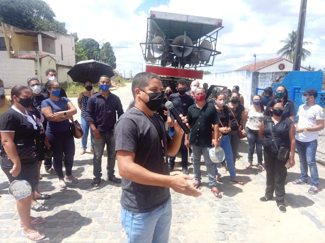 Sem pagamento do mês de dezembro e 13º salário, funcionários protestam na prefeitura de Escada