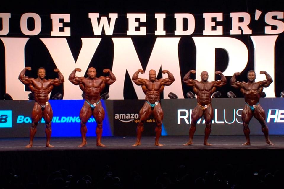 Phil Heath ocupa posição central durante comparação entre atletas - Foto: Amazon Sports Nutrition/Reprodução