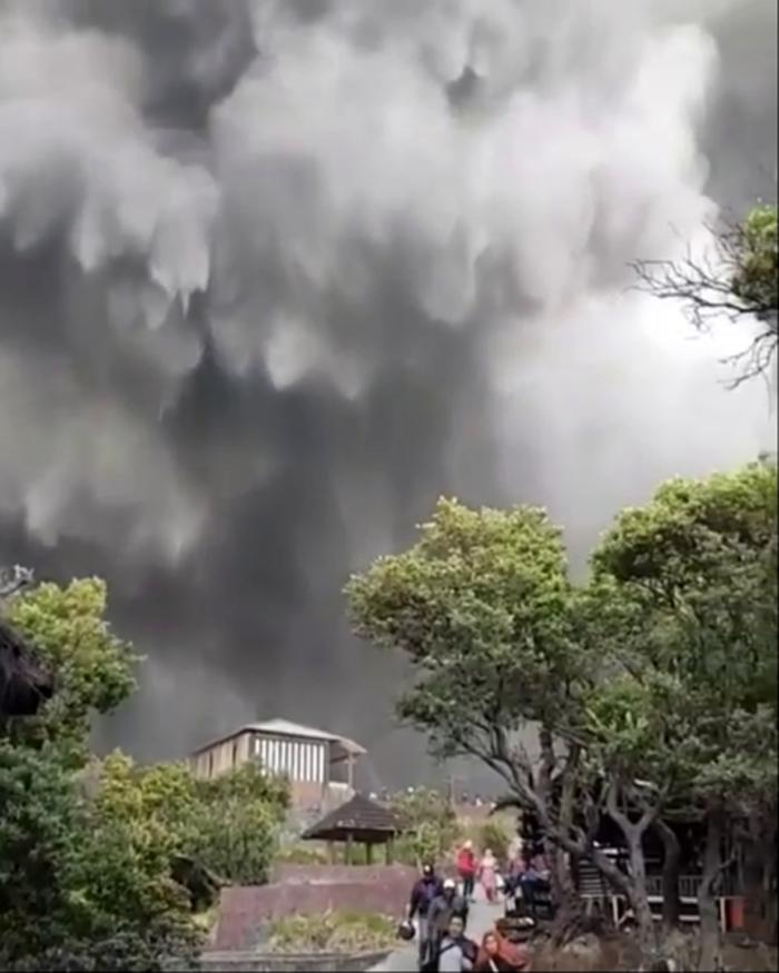 Gunung Tangkuban Parahu Memuntahkan Abu Vulkanik, Warga dan Pengunjung Dilarang Berada  Disekitar Lokasi