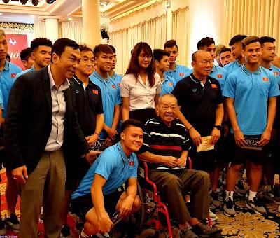 đội tuyển u23 Việt Nam và cựu danh thủ Trần Văn Nhung