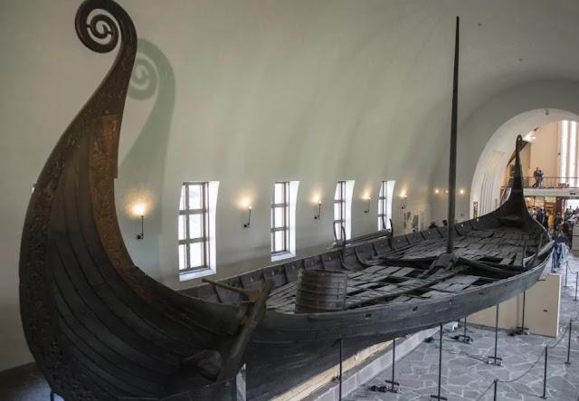 В Норвегии обнаружили захоронение с кораблём викингом и залом для пиров