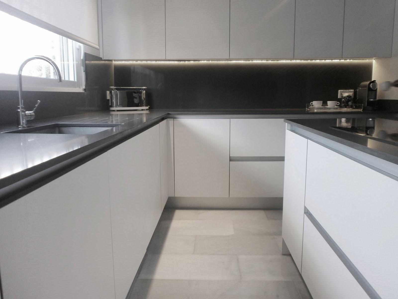 Encantadora cocina blanca independiente con isla y office - Cocina blanca y gris ...