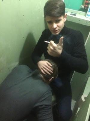 toalet-oralni-seks-skola-cigarete-wc-solja