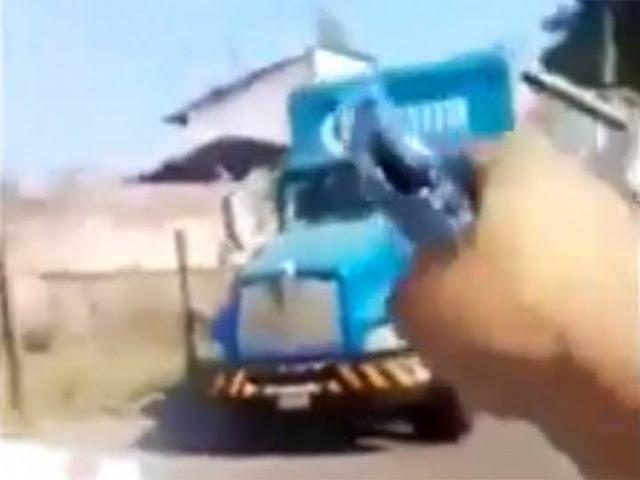 """VIDEO; """"Lo prometido es deuda"""", difunden videos donde sicarios de """"Los Viagras"""" están realizando bloqueos en Michoacán."""